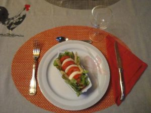 Copieuse entrée : tomates, mozarella, asperges, salade.