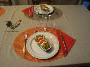 Une entrée avec tomates, mozarella, salade et asperges.