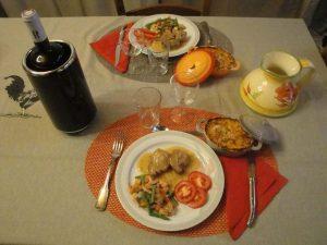 Une table bien présentée avec des assiettes complètes et appétissantes.