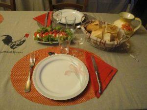 Les assiettes sont prêtes pour un dîner en amoureux.