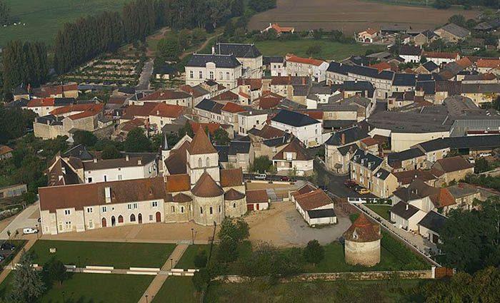 Vue du ciel du centre ville de Lencloitre dans la Vienne.