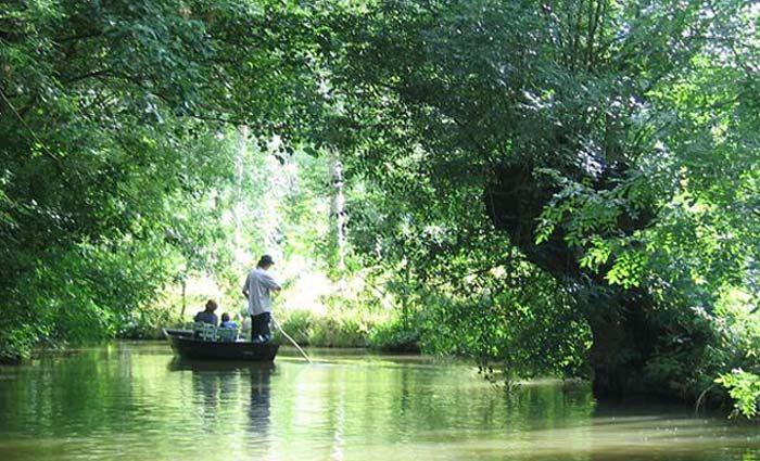 Barque avec touristes dans le marais poitevin.